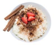 Πουτίγκα ρυζιού με την κανέλα (στο λευκό) Στοκ Φωτογραφίες