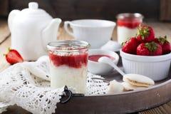 Πουτίγκα ρυζιού φραουλών που εξυπηρετείται στο βάζο πρόγευμα υγιές Στοκ φωτογραφία με δικαίωμα ελεύθερης χρήσης