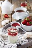 Πουτίγκα ρυζιού φραουλών που εξυπηρετείται στο βάζο πρόγευμα υγιές Στοκ Εικόνες