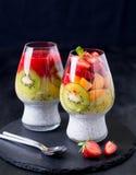 Πουτίγκα σπόρου chia καρύδων με το κάλυμμα φρούτων Στοκ Εικόνα