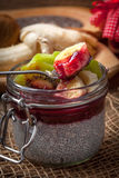 Πουτίγκα σπόρου Chia με τα φρούτα Στοκ εικόνα με δικαίωμα ελεύθερης χρήσης