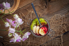 Πουτίγκα σπόρου Chia με τα φρούτα Στοκ Φωτογραφίες