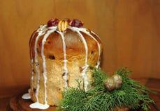 Πουτίγκα φρούτων Χριστουγέννων που παγώνει με το ξύλινο υπόβαθρο Στοκ Εικόνες
