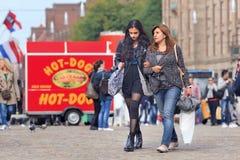 Που έχουν μεταναστεύσει μητέρα και κόρη στο τετράγωνο φραγμάτων, Άμστερνταμ, Κάτω Χώρες Στοκ Φωτογραφία