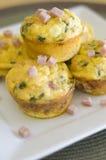 που ανακατώνονται muffins αυγώ& Στοκ Εικόνες