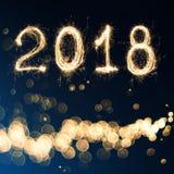 2018 που γράφεται με το πυροτέχνημα σπινθηρίσματος στο μαύρο υπόβαθρο, 2018 εκτάρια Στοκ Φωτογραφία