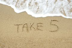 5 που γράφονται πάρτε στην άμμο στοκ εικόνες με δικαίωμα ελεύθερης χρήσης
