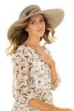 Πουλιά γυναικών στο καπέλο φορεμάτων που φαίνεται καρδιά χεριών Στοκ Εικόνα