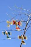 Πουλιά παιχνιδιών στο δέντρο Στοκ Φωτογραφίες