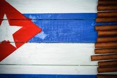 Πούρα στη χρωματισμένη κουβανική εθνική σημαία Στοκ φωτογραφία με δικαίωμα ελεύθερης χρήσης