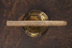 Πούρο στο γυαλί με το ουίσκυ Στοκ εικόνα με δικαίωμα ελεύθερης χρήσης