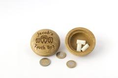 Πού να τεθούν μερικά δόντια στο ξύλινο κιβώτιο Στοκ φωτογραφία με δικαίωμα ελεύθερης χρήσης