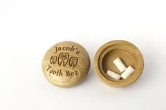 Πού να τεθούν μερικά δόντια στο ξύλινο κιβώτιο Στοκ εικόνες με δικαίωμα ελεύθερης χρήσης