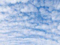 Πολλά άσπρα χνουδωτά σύννεφα σωρειτών στοκ φωτογραφίες