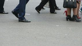 Πολλά ανθρώπινα πόδια είναι στο δρόμο απόθεμα βίντεο