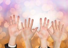 Πολλά ανοικτά χέρια με το λαμπιρίζοντας ελαφρύ υπόβαθρο bokeh Στοκ φωτογραφία με δικαίωμα ελεύθερης χρήσης