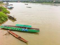 Πολλά από το αλιευτικό σκάφος που σταθμεύουν στην ακτή στο Mekong ποταμό Chiang Rai Στοκ Εικόνα