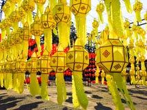Πολλά από το κίτρινα κρεμώντας φανάρι και το σχέδιο της ένωσης του λαμπτήρα σε υπαίθριο Στοκ Φωτογραφίες