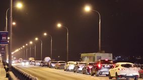 Πολλά αυτοκίνητα πηγαίνουν γέφυρα Kamsky τη νύχτα φιλμ μικρού μήκους