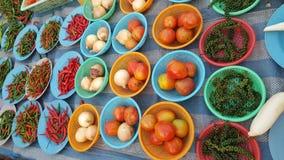 Πολλά λαχανικά στα πιάτα διαθέσιμα στην αγορά Στοκ φωτογραφία με δικαίωμα ελεύθερης χρήσης