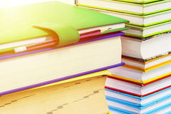 Πολλά βιβλία συσσωρεύονται Στοκ φωτογραφία με δικαίωμα ελεύθερης χρήσης