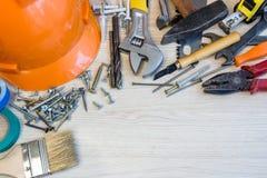 Πολλά εργαλεία κατασκευής, βαλίτσα εργαλείων σύνθεσης κατασκευής, σχέδιο εργασίας, εργαλεία δύναμης, οικοδόμηση Στοκ Εικόνες