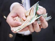 Πολλά ευρο- τραπεζογραμμάτια στα χέρια επιχειρηματιών Στοκ εικόνες με δικαίωμα ελεύθερης χρήσης