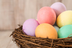 Πολλά ζωηρόχρωμα αυγά Πάσχας σε μια φωλιά Στοκ Φωτογραφία