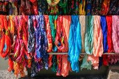 Πολλά ζωηρόχρωμα μαντίλι που κρεμούν στην αγορά Στοκ εικόνες με δικαίωμα ελεύθερης χρήσης