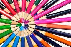 Ζωηρόχρωμα μολύβια σε μια ακτινωτή μορφή σε ένα άσπρο υπόβαθρο Στοκ εικόνα με δικαίωμα ελεύθερης χρήσης