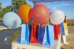 Πολλά ζωηρόχρωμα μπαλόνια με τις τσάντες Στοκ Φωτογραφία