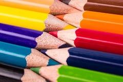 Πολλά διαφορετικά χρωματισμένα μολύβια στο άσπρο υπόβαθρο Στοκ εικόνες με δικαίωμα ελεύθερης χρήσης