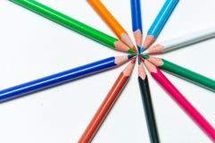 Πολλά διαφορετικά χρωματισμένα μολύβια στο υπόβαθρο εγγράφου Στοκ φωτογραφίες με δικαίωμα ελεύθερης χρήσης
