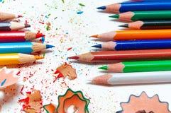 Πολλά διαφορετικά χρωματισμένα μολύβια στο υπόβαθρο εγγράφου Στοκ εικόνα με δικαίωμα ελεύθερης χρήσης