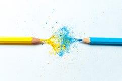 Πολλά διαφορετικά χρωματισμένα μολύβια στο υπόβαθρο εγγράφου Στοκ Εικόνα