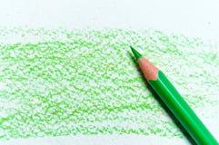 Πολλά διαφορετικά χρωματισμένα μολύβια στο υπόβαθρο εγγράφου Στοκ φωτογραφία με δικαίωμα ελεύθερης χρήσης