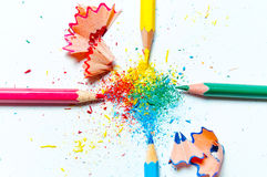 Πολλά διαφορετικά χρωματισμένα μολύβια στο υπόβαθρο εγγράφου Στοκ Φωτογραφία
