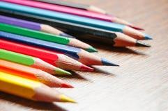 Πολλά διαφορετικά χρωματισμένα μολύβια στο υπόβαθρο εγγράφου Στοκ εικόνες με δικαίωμα ελεύθερης χρήσης
