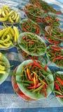 Πολλά καυτά πιπέρια cloor, τσίλι στο πιάτο στην αγορά Στοκ Φωτογραφία