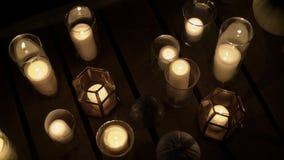 Πολλά κεριά τη νύχτα υπαίθρια απόθεμα βίντεο