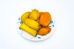 Πολλά κομμάτια της κίτρινης και πορτοκαλιάς διοσκορέας ατμού χωρίς φλούδα στο πιάτο, που απομονώνονται Στοκ Εικόνα