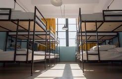 Πολλά κρεβάτια κουκετών μετάλλων στο δωμάτιο dorm για δώδεκα ανθρώπους στον ξενώνα νεολαίας Στοκ Εικόνες