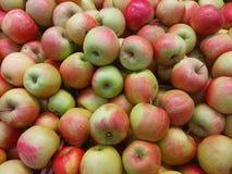 Πολλά μήλα στην αγορά Στοκ εικόνες με δικαίωμα ελεύθερης χρήσης