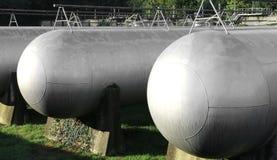 πολλά μακριά γιγαντιαία δοχεία πίεσης αερίου για την αποθήκευση του flammabl Στοκ φωτογραφίες με δικαίωμα ελεύθερης χρήσης