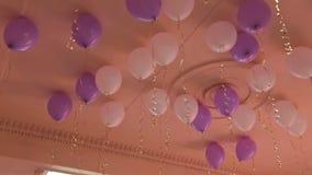 Πολλά μπαλόνια κάτω από το ανώτατο όριο φιλμ μικρού μήκους
