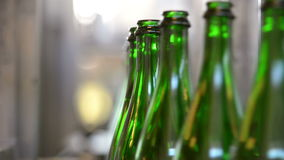 Πολλά μπουκάλια στη ζώνη μεταφορέων απόθεμα βίντεο