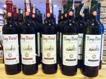 Πολλά μπουκάλια του κόκκινου κρασιού Dalat, ipod πυροβολισμός Στοκ εικόνες με δικαίωμα ελεύθερης χρήσης