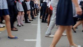 Πολλά νέα νέα κυρίες και άτομο που βαδίζουν σε μια παρέλαση Περίπατος σε μια γραμμή απόθεμα βίντεο