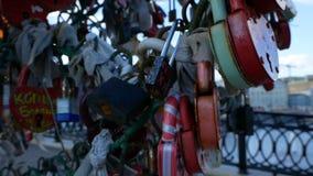 Πολλά λουκέτα που κρεμούν στη γέφυρα απόθεμα βίντεο