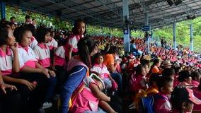 Πολλά παιδιά που κάθονται στη στάση στη Μπανγκόκ, Ταϊλάνδη απόθεμα βίντεο